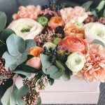 การตกแต่งโต๊ะทำงานด้วยแจกันดอกไม้